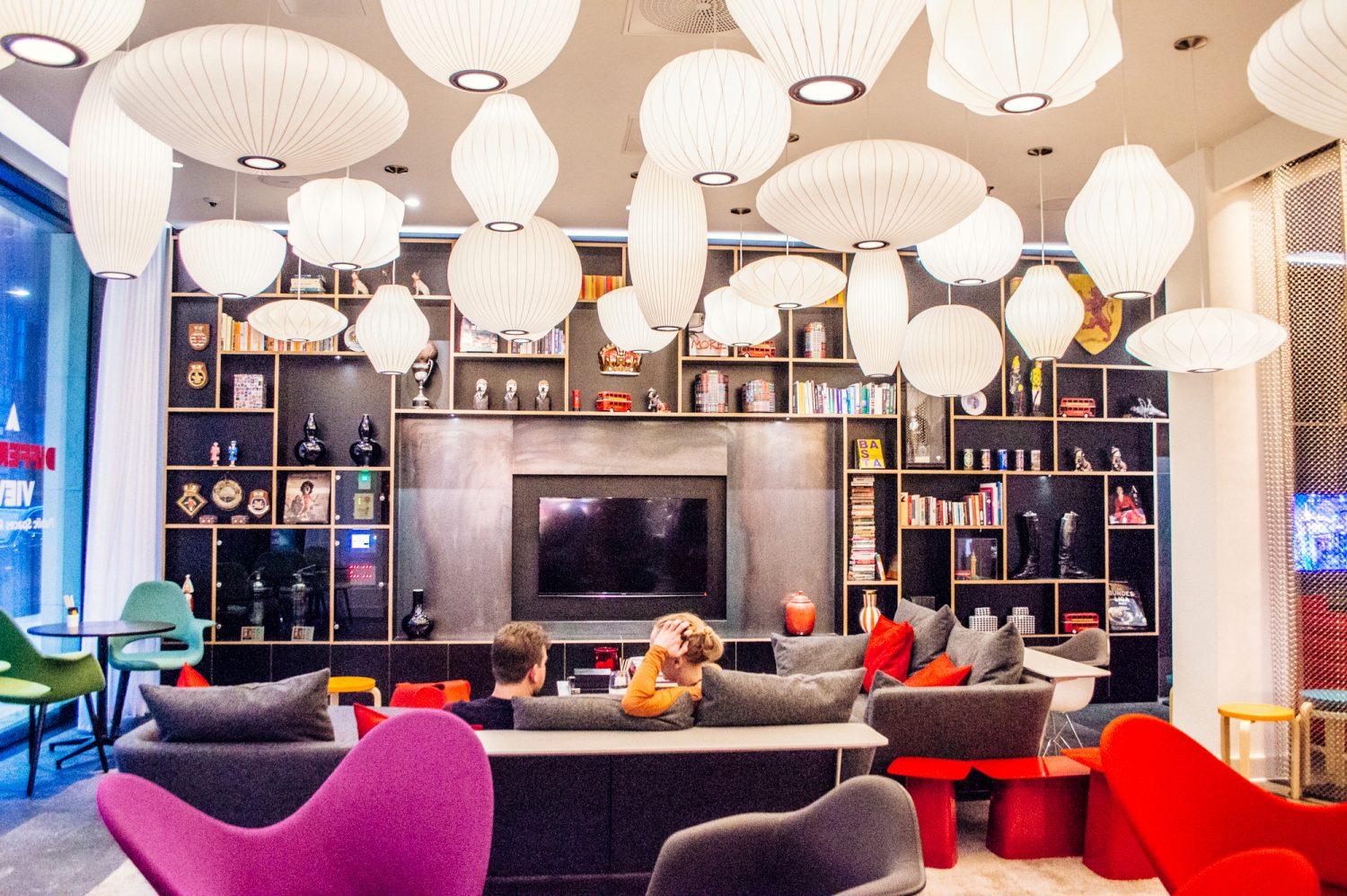 An affordable luxury hotel in London? YES it's possible! The citizenM Tower of London hotel might just be one of London's best deals. Click through for a detailed review with photos to see what the buzz is all about. Deciding where to stay in London just got easier!