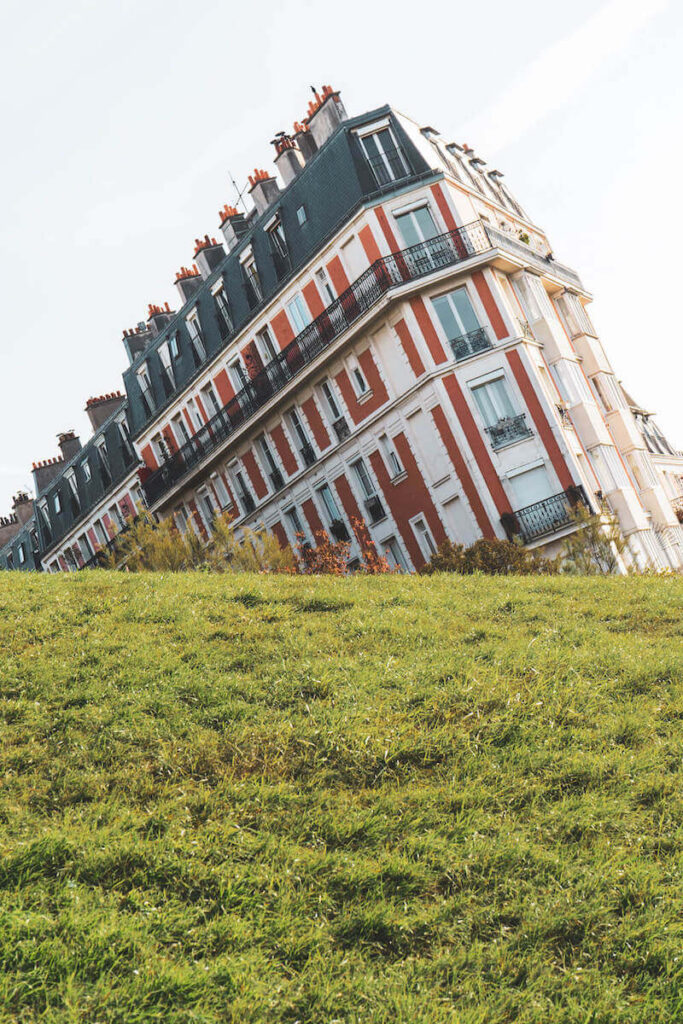 """The """"sinking house"""" of Montmartre, Paris"""