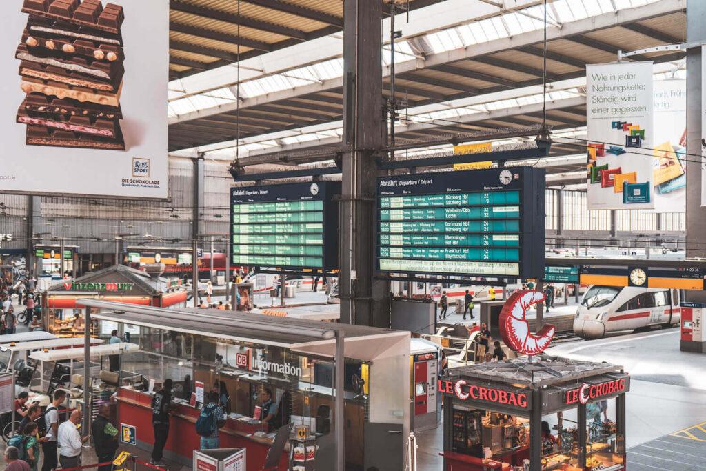 Munich central train station time board